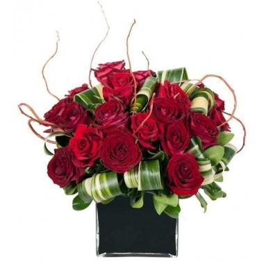 Cubo Preto com Rosas Vermelhas